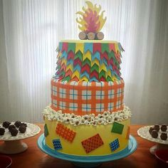 Bolo junino Carousel Cake, Bolo Fake, Love Fest, Birthday Cake, Birthday Parties, Happy Party, Paper Cake, Lets Celebrate, How Sweet Eats