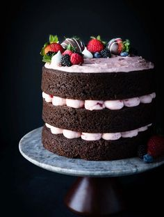 A rich, chocolate cake with fresh strawberry buttercream and topped with chocolate covered strawberries and mini meringues! Wedding cake or birthday cake, this is my go-to chocolate cake! Chocolate Strawberry Cake, Strawberry Buttercream, Strawberry Filling, Strawberry Cakes, Chocolate Strawberries, Chocolate Ganache, Chocolate Orange, Healthy Chocolate, Buttercream Cake