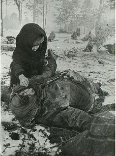 """""""Alman ateşi altında ölen bir anne ve onun uyandırmaya çalışan küçük kızı,1944..."""""""
