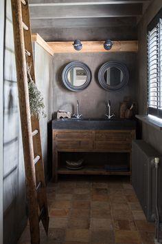 Houten trap voor handdoeken en houten dressoir/tafel onder wasbak