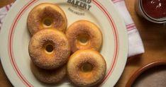 A legtöbben bő olajban sütik a fánkot, azonban simán elkészítheted a farsangi kedvencet egészségesebb verzióban is. Érdemes kipróbálni! Holiday Dinner, Churros, Cake Cookies, Bagel, Doughnut, Menu, Sweets, Bread, Snacks