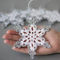 Wit gehaakte sneeuwvlokken met zilveren rand. Handgemaakte Kerst ornamenten gemaakt met hoge kwaliteit katoen wol en zilver lame wol in smokefree en petfree omgeving. Elke sneeuwvlokken 4.7 x 4.7 meet ca. (12 x 12 cm) Gesteven om ze te houden in vorm. Bezoek mijn winkel voor andere gehaakte artikelen: https://www.etsy.com/shop/SevisMagicalStitches?ref=l2-shopheader-name Voor hand bezoek gebreide items, mijn andere winkel: https://www.etsy.com/sho...
