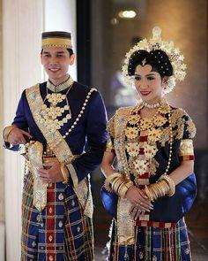 Buginese wedding dress Traditional Wedding Attire, Traditional Dresses, Wedding Hijab, Wedding Dresses, Kebaya Modern Dress, Indonesian Wedding, Costumes Around The World, Wedding Costumes, Trendy Wedding