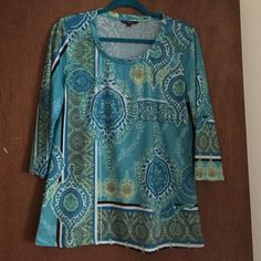 Pretty top Gently worn. More of a teal blue. 3/4 sleeves. 🎉🎉 NO TRADES 🎉🎉 Tops