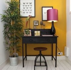 Mustard Inspiration: See How These 8 Homes Effortlessly Use Yellow to Make Our Heads Turn - Gelb Yellow Walls Living Room, Mustard Living Rooms, Yellow Dining Room, Decoration Design, Deco Design, Mustard Yellow Walls, Orange Walls, Interior Design Blogs, Yellow Office