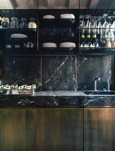 marbre noir dans la cuisine moderne, dosseret assortie et armoires basses en bois massif