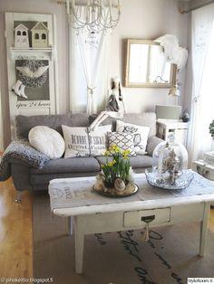 """""""Kukkis"""" sisustaa kotiaan vahvasti maalaisromanttisella tyylillä. Olohuoneen vanha ovi on löytö vanhempien kesämökiltä. #olohuone #maalaisromanttinen #kodinsisustus"""