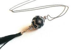 Collier sautoir boule tissée noire, hématite et pompon noir, collier femme, collier fantaisie de la boutique LesPrettyCrea sur Etsy