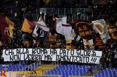 """Striscione in Curva Sud: """"CHI ALLA ROMA HA DATO GLORIA NON VERRA' MAI DIMENTICATO"""" #ASRoma #HallofFame"""