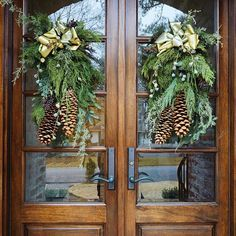 Christmas Front Doors, Christmas Porch, Noel Christmas, Outdoor Christmas Decorations, Christmas Wreaths, Holiday Decor, Lawn Decorations, Christmas Greenery, Decoration Entree