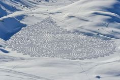 Simon Beck trudges through sand and snow to create giant geometric patterns with his feet or snowshoes.This winter, Beck has given the world several more of his inspiring patterned snow and sand paintings. Simon Beck, Snow Artist, Geometric Drawing, Geometric Art, Colossal Art, Art Uk, Environmental Art, Geometric Designs, Geometric Patterns