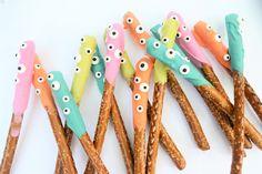 halloween treat idea {easy dipped pretzels}
