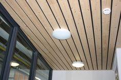 Kunststof systeemplafond  Voordelen makkelijk schoon te houden ziet er strak uit. Nadelen: weerkaatst geluid.