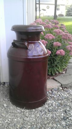 Milk cans with stain, goes well with the Autumn Joy Sedum, background. Antique Milk Can, Vintage Milk Can, Windmill Water Pump, Painted Milk Cans, Milk Can Decor, Old Milk Cans, Canned Butter, Primitive Living Room, Churning Butter