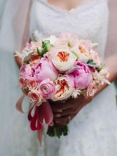 Premium gelin buketi Bembeyaz bir güzelliğe büründüğünüz bu mutlu günde naturel çiçeklerle göz kamaştırın. Rengarenk Mutluluk Gelin Buketi, sonsuz mutluluğa adım attığınız düğün gününüzü unutulmaz kılacak.