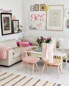 un salon à la déco rose poudrée