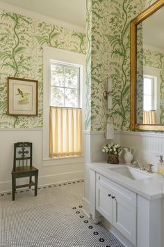 Bathroom - details + wallpaper