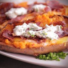 """750g vous propose la recette """"Patates douces rôties au four"""" accompagnée de sa version vidéo pour cuisiner en compagnie de Chef Damien et Chef Christophe."""