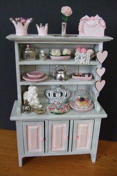 Kast in grijs met roze miniaturen/grey cabinet with pink accessoires made bij Jolanda Knoop
