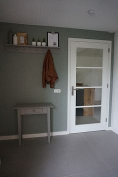 Entree | Hal | behang Kira Kwantum | Authentic Grey Flexa | groen | Woonblog by Flow Design | Home sweet home