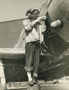 Rosie the Riveter: Women Working During World War II Woman Mechanic, 1940s Woman, Land Girls, Rosie The Riveter, 1940s Fashion, Working Woman, Women In History, Vintage Photography, Old Pictures