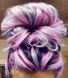 Haarknoten mit rosa und lila Haaren