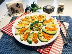 So einfach und so lecker: Ein Low Carb Avocado-Salat mit Räucherlachs und Pinienkernen. Nur 6,6 g Kohlenhydrate und ganze 30,1 g Eiweiß pro Portion.