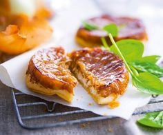 The goat cheese & onion tatin: a WONDER! - Michelin-starred chef Cyril Lignac offers you his delicious recipe for the tarte tatin with goat ch - Veggie Recipes, Vegetarian Recipes, Healthy Recipes, Cooking Chef, Cooking Recipes, Cooking Stuff, Chefs, Salty Foods, Snacks Für Party