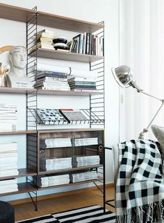 String: The lightest (and most retro) shelving system. And his Spanish contemporary - Home Design & Interior Ideas String Shelf, Home Furniture, Furniture Design, Modern Interior, Interior Design, Loft House, Living Room Interior, Interior Inspiration, Shelving