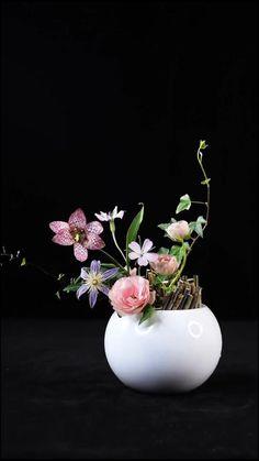 Creative Flower Arrangements, Ikebana Flower Arrangement, Ikebana Arrangements, Beautiful Flower Arrangements, Flower Centerpieces, Flower Decorations, Floral Arrangements, Beautiful Flowers, Floral Foam