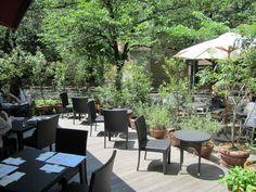"""爽やかな風が心地良い季節になりました。天気が良くて過ごしやすい日は、せっかくだからお外でランチやお茶はいかかでしょうか? ここでは、都内の""""テラス席が心地良い""""おしゃれなカフェ&レストランをご紹介します。表参道の「crisscross(クリスクロス)」や「BIANCA(ビアンカ)」、原宿の「cafe Hohokam(カフェ・ホホカム)」、白金台""""八芳園""""内の「Thrush cafe(スラッシュカフェ)」などおすすめのお店の中からお気に入りを見つけたら、ぜひゆっくり過ごしてみてくださいね。"""
