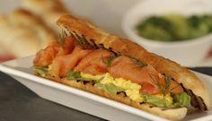 Smørbrød med røykt laks og eggerøre er den perfekte oppskriften hvis du vil gjøre litt ekstra ut av lunsjen. #fisk #oppskrift
