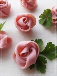 Sausage Rose - you only need sausage and uncooked pasta like spaghetti (of course you can use toothpick in stead). Cute Food, Good Food, Yummy Food, Food Design, Design Design, Food Carving, Food Garnishes, Garnishing, Sandwich Cake