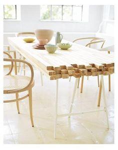 Mesa em proposta inovadora... em madeiras de pinho comum, parafusos conectam as barras, como base foram usados dois cavaletes.
