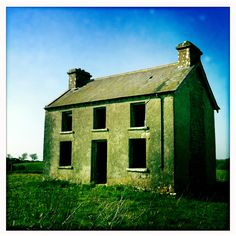 Old Irish cottage……..KRUMBLING KILARNEY, WOULDN'T YA KNO 'TWOULD BE KELLY GREEN…………..ccp