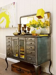 That's it...this summer I'm either silver leafing my dining room furniture or painiting it silver!