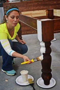Leg plastic borden onder de tafel/stoelpoten voor je gaat schilderen