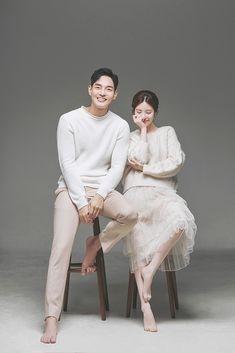 Korean Wedding Photography, Couple Photography Poses, Extended Family Photography, Pre Wedding Poses, Pre Wedding Photoshoot, Foto Wedding, Wedding Pics, Korean Couple Photoshoot, How To Pose