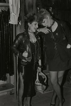 A finales de los años 70's surge el punk, movimiento opuesto a lo que representaba el movimiento hippie (paz y amor).