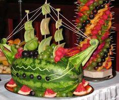 Un veliero di cocomero. (A sailing vessel of watermelon.) Fun idea!