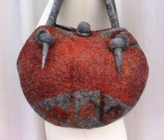 Celui-ci belle dun sac à main feutre nuno aimable était faite de chauves-souris laine norvégienne C1 et organza de soie, qui était auparavant la main teints à laide du shibori technique de teinture. Les couleurs principales sont gris clair et en brique rouge / brun. Le sac a été effectué en une seule pièce (sauf les poignées) en utilisant la technique de feutrage Chapeau sur la balle. Jai couvert le ballon avec des fibres de laine et tissu de soie organza et utilisé résiste pour créer trois…
