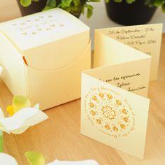 Referencia: prov058. Participación de boda. Caja cubo de 5 cm x 5 cm x 5 cm en lineal marfil, tarjetón papel lineal marfil. Incluye tarjeta personal, tarjeta de souvenir y sticker para personalización de la caja.