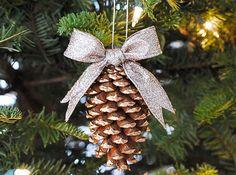 Utilizzare le pigne come addobbi per l'albero di Natale