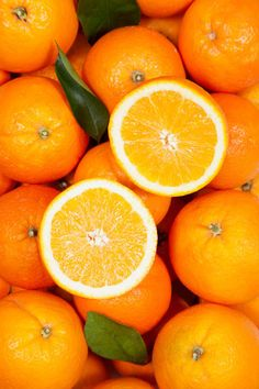 Orange: Rich in vitamin C that improves skin texture. Like apple, orange too contains collagen that slows skin aging process. Rub the insides of orange on your skin to tighten the skin. Oranges can be dried and powdered and used as a natural scrub. Fruit And Veg, Fruits And Veggies, Fresh Fruit, Photo Fruit, Orange Sanguine, Jus D'orange, Orange Aesthetic, Orange You Glad, Orange Crush
