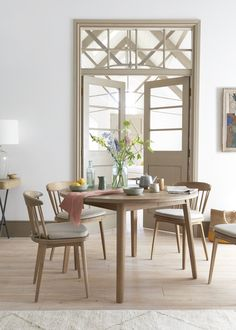This round oak table extends into an oval for big shindigs. And hand-laid parquet makes it as nice as pie. Extendable Kitchen Table, Oval Kitchen Table, Round Wooden Dining Table, Dining Table Design, Oak Table, Table Seating, Beautiful Dining Rooms, Pie, Wood Work