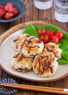 ヘルシーな鶏むね肉を使った 胃腸にやさしい簡単メイン。 鶏むね肉は刻んでミンチ状にすることで ひき肉で作るより食べ応えがUP! また、繊維も壊れるので 柔らかく仕上がりますよ♪ そして、今回の味付けは 塩昆布+梅。 旨味がたっぷりなのに あと味サッパリなので 疲れた胃腸にもピッタリ! ぜひぜひ、お正月食べ過ぎたーなんて時に お試しいただけると嬉しいです♪
