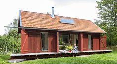 När Linda Mattsson ritade sommarhuset var målet att det skulle smälta in i omgivningen och vara tillräckligt bekvämt. Idag skapar spjälor, ribbor och springor spänning i det ladugårdsliknande somma...