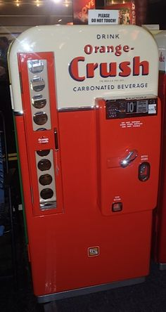 Orange Crush and memories of the past. Thot these were awesome as a kid! Vintage Advertisements, Vintage Ads, Soda Machines, Vending Machines, Coke Machine, Carbonated Drinks, Pepsi Cola, Gumball Machine, Pop Bottles