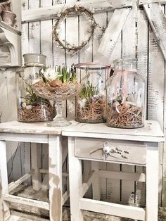 If you are looking for a classic Easter decoration, then try farmhouse style rustic Easter decorations. Get the best Farmhouse Easter decorating ideas here. Rustic Decor, Farmhouse Decor, Farmhouse Style, Rustic Style, Vintage Decor, Wooden Box Centerpiece, Easter Flower Arrangements, Decoration Vitrine, Basket Decoration