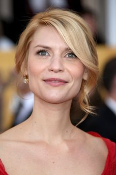 Claire Danes Loose Bun - Claire Danes wore her flaxen locks in a romantic loose bun with face framing curled bangs. Claire Danes, Curled Hairstyles, Wedding Hairstyles, Curled Bangs, Bun With Curls, Beauté Blonde, Loose Buns, Birthday Hair, Front Hair Styles